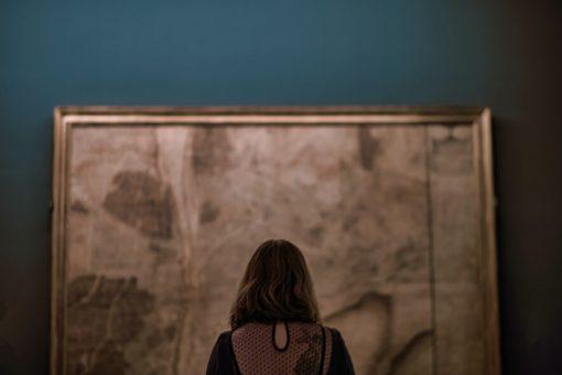 Une femme devant un tableau