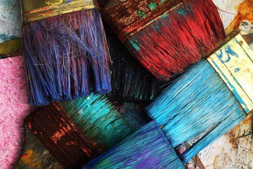 pinceau avec de la peinture de toutes les couleurs